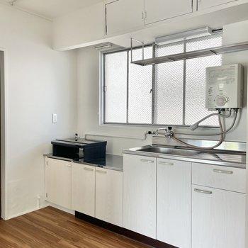 キッチンは大きめ!収納に食器や調理グッズをしまえそうです。