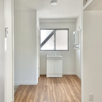 洗面台のそばに窓。おかげで日中は明るく料理ができます。