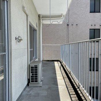 バルコニーはこんなに長いのです・・!チェアやサイドテーブルだって置けそう◯ 洗濯機置場もここに。