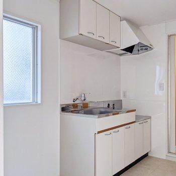 キッチンの隣にはFIX窓。明るさも確保されています。
