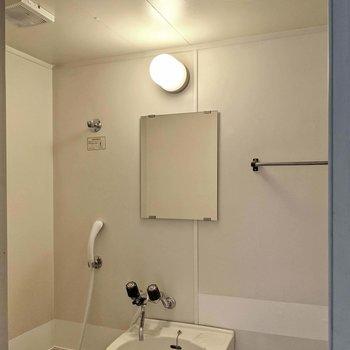 鏡と換気扇もついています。