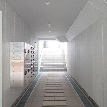 【共用部】宅配ボックスつきです!奥の階段をのぼるとオートロックがあります。