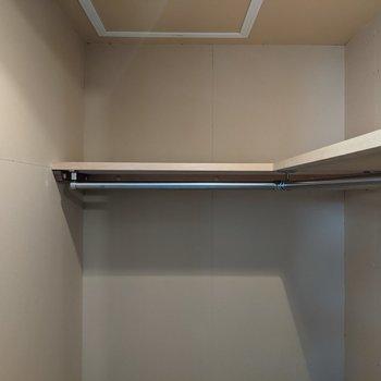 【洋室】枕棚やハンガーパイプもついています。
