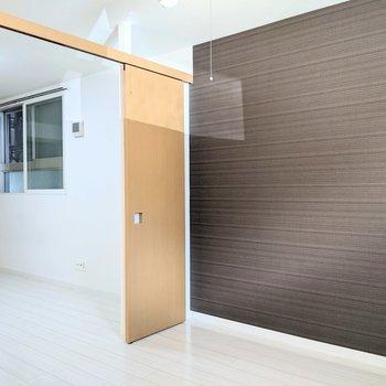 【洋室】扉の上部は開かれているので開放感がありますよ。