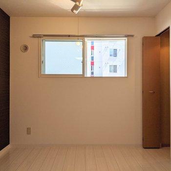 【洋室】窓は南東向き。日中は日差しが入ってきますね〜。