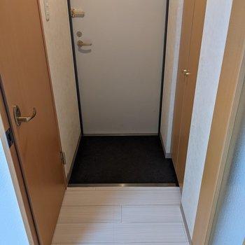 靴はシューズボックスにいれると玄関スペースはすっきりします。