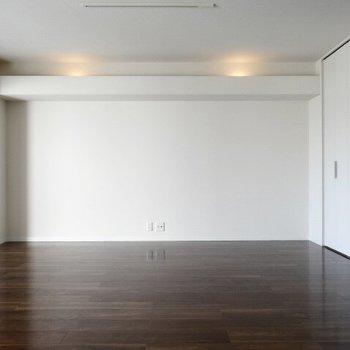 ベッドスペースには間接照明。玄関から見えない位置なのも嬉しいなぁ