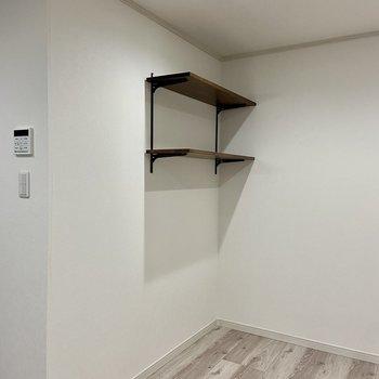 可動式の収納棚も便利に使えますね。