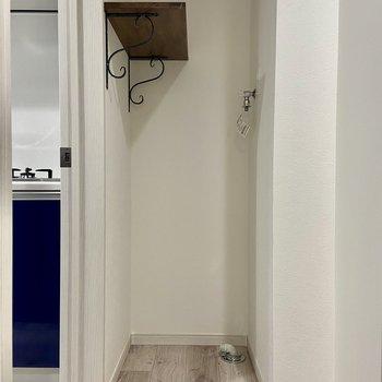キッチン横、扉を隔てて洗濯機置き場があります。