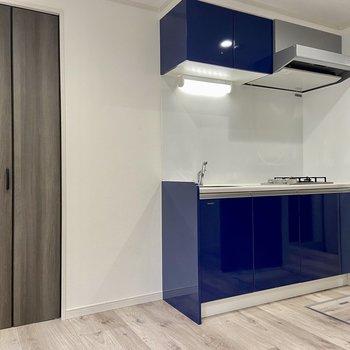 ブルーの艶々のキッチンがこちら。