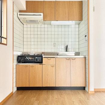 キッチンはホワイトタイルと、やさしいブラウンでナチュラルに○