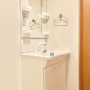 ちょうどいい大きさの洗面台です。タオル掛もあります○