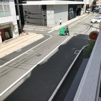目の前は細い道ですが車はけっこう通りますよ