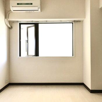 洋室は7帖と広々。テレビも設置できるしエアコン付きですよ!
