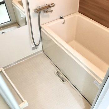お風呂はシンプルです。サーモ水栓なので温度調節も楽ちん♩