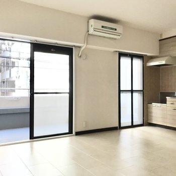大きな窓と、キッチン横にも勝手口のような入り口も