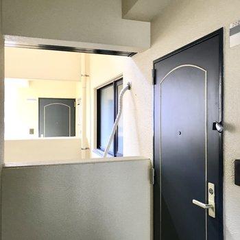 共用廊下側ですが人が行き来できない場所に窓があるので安心です◯