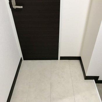 トイレは玄関横にありました。個人的に二人暮らしのトイレはこの位置にあると嬉しい。笑