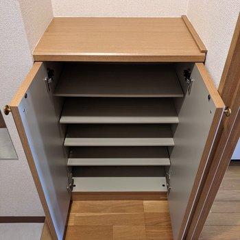よく履く靴だけなら収まりそうな容量。足りない分は突っ張り棚を使うのがおすすめ。