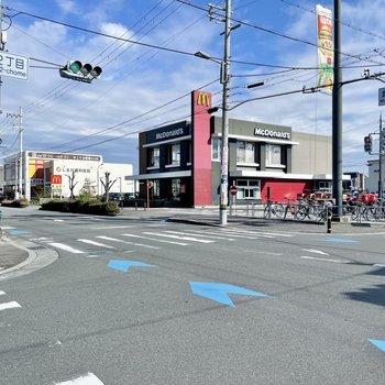 【周辺環境】静かな住宅街の道沿いには大きなスーパー、ファストフード店、某人気カフェチェーンなど。想像以上の充実っぷりにびっくりしました!
