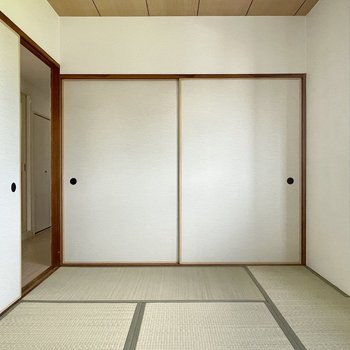 【和室6帖】ふすまを開けると、こちらは和室。シンプルでクセのない内装。