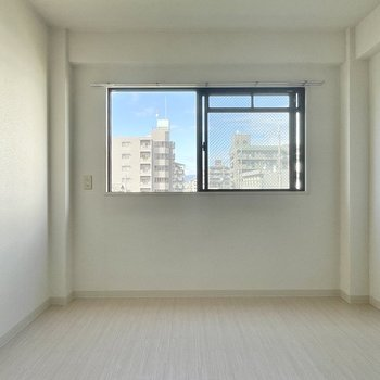 【洋室6帖】こちらの洋室は玄関のすぐそば。廊下に面しているかと思いきや、