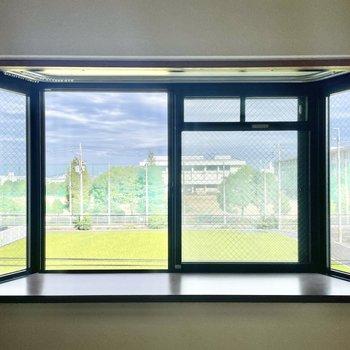 【和室6帖】でもこの出窓のおかげで、特別感はあります!緑いっぱいの眺めも◎