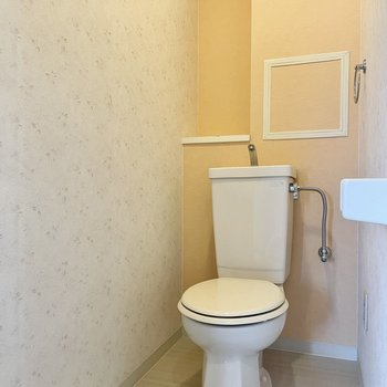 トイレはシンプルですが、淡い花柄のクロスと背面のベージュのクロスで、あたたかみのある雰囲気。