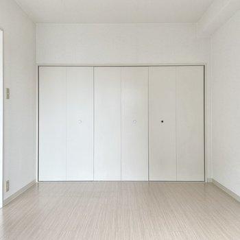 【洋室7帖】こちらはおとなりの洋室。広々!