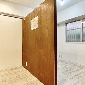 空間を仕切るこちらの壁はDIYが可能に◎
