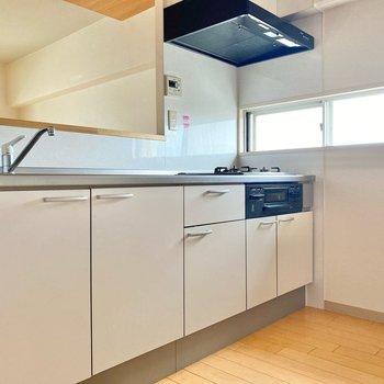 収納たっぷりな対面キッチン。小さめな窓で換気もしっかりできますよ。