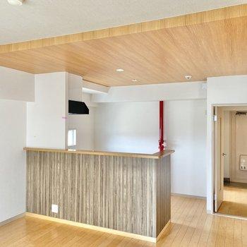 〈リビング〉個人的にキッチン上だけ木目の天井なのがお気に入り。