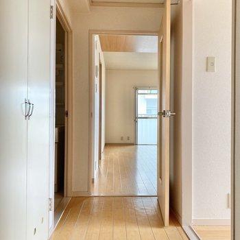 玄関の方へ行くと、右手に洋室、左手には収納と脱衣所が並んでいます。