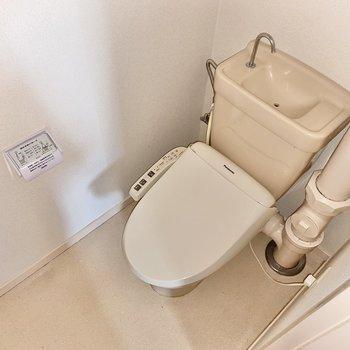 トイレは温水便座付き!お!ここにも配管!色は統一されていました◯