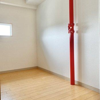 振り返ると・・赤い配管がチラリ。キュートなアクセントです。家電製品はこちらにどうぞ。