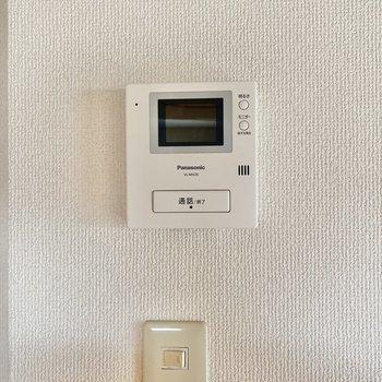 キッチンのそばにはモニター付インターホン。セキュリティ面も充実しています。