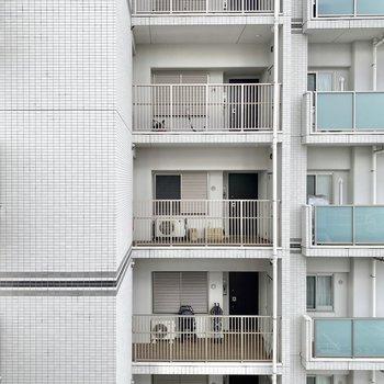 正面にはお隣の建物が。人目が気になるという方は室内干しにしてもいいかも。