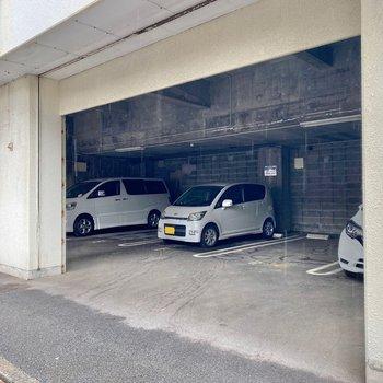 駐車場は建物の1階部分にありますよ。