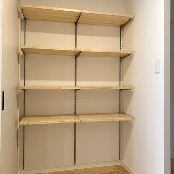 可動式の棚には日用品のストックや本を並べようかな。