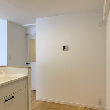 【LDK】キッチン後ろに冷蔵庫やラックが置けるスペースがあります。