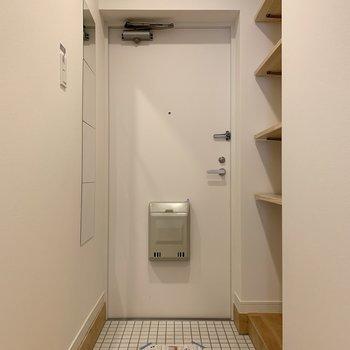 玄関は白の磁器タイルで爽やかな印象になっています。