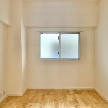 【洋室5.2帖】デスクや棚を用意して書斎にいかがでしょうか。