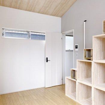 では上がってみましょう〇 階段収納には北欧家具は合いそうかなって。