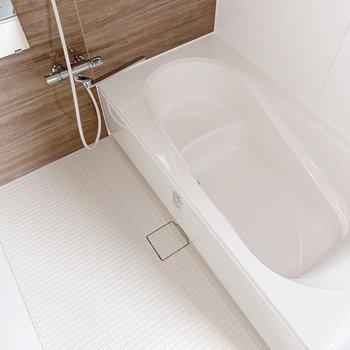 【1階】ファミリーサイズのお風呂!足を伸ばして肩まで浸かれる広さです。