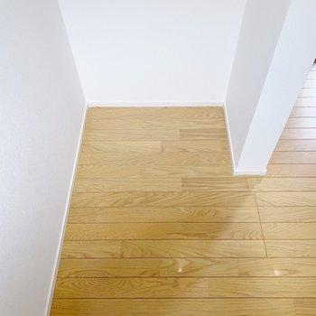 【1階】階段後ろのスペースはゴミ箱など、見せたくない物を置くのに丁度いいですよ。