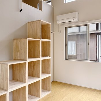 【2階】ボックス型の階段が素敵!奥にはウォークインクローゼットがあります。