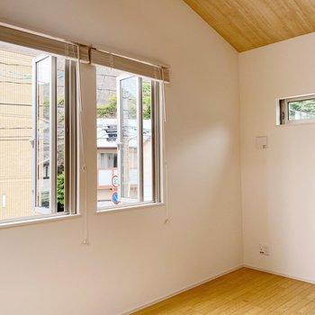 【2階】では階段を降りてっと。窓多めなので、風通し良好〇