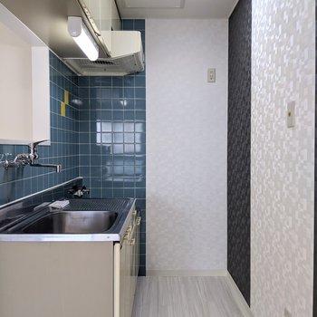 キッチンは1人が通れる幅になっています。