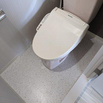 便利な温水便座つきのトイレです。
