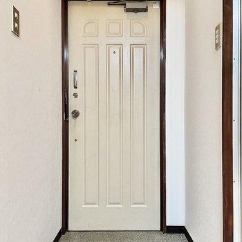 玄関は浴室とトイレの間にあります。